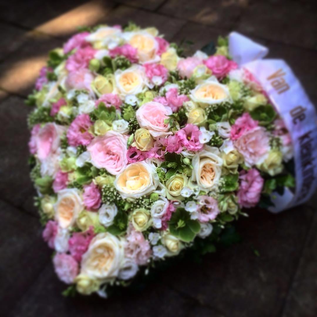heart palecolors pink roses lisianthus hellebores funeral damasqueroses flowers flowershop antwerp florartesantwerp