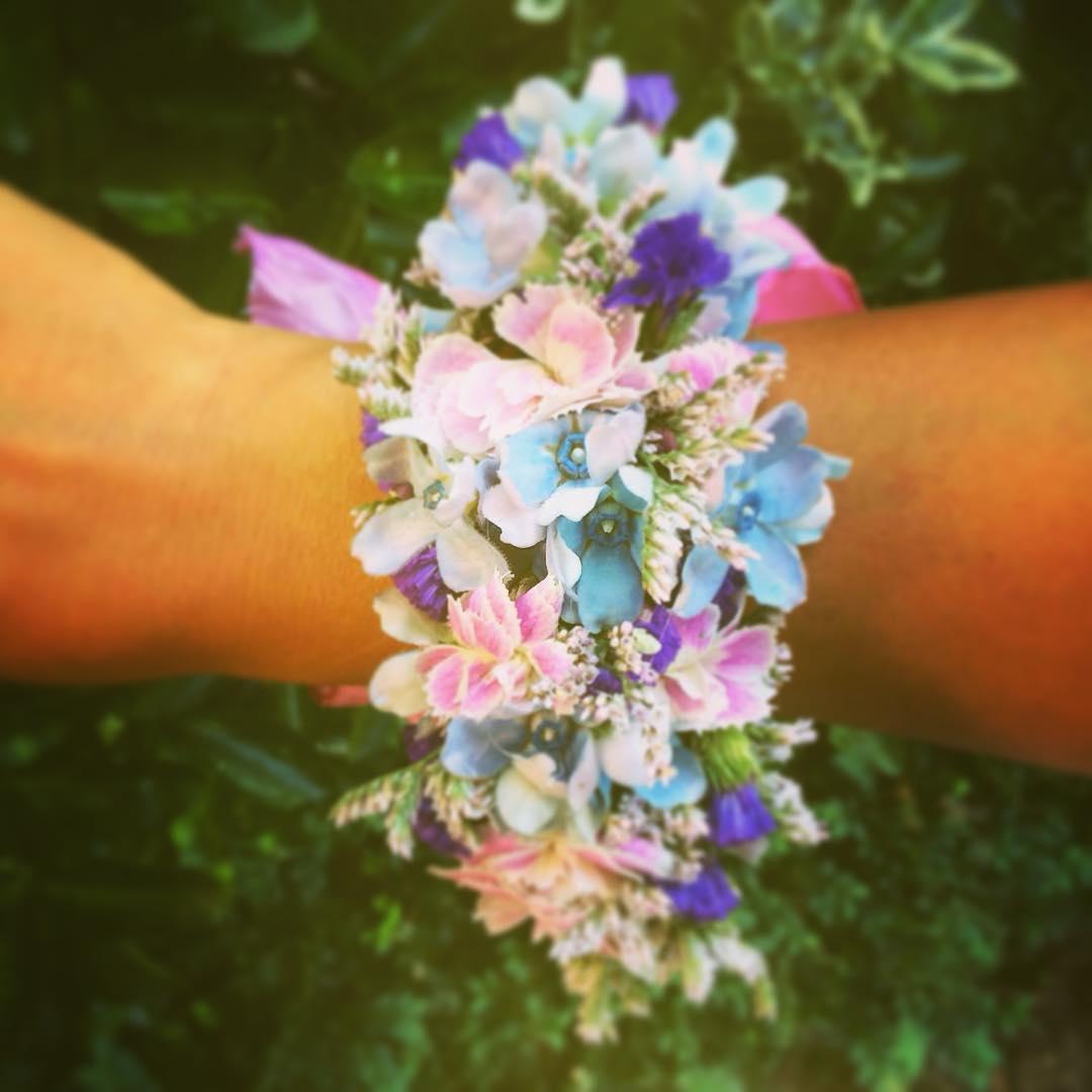 wristcorsage flowers oxypetalum dianthus statice limonium blue pink summer party wedding flowershop antwerp florartesantwerp