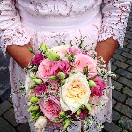 weddingbouquet palecolors pink offwhite roses damasqueroses perfume lace beautifuldress summer flowershop antwerp florartesantwerp