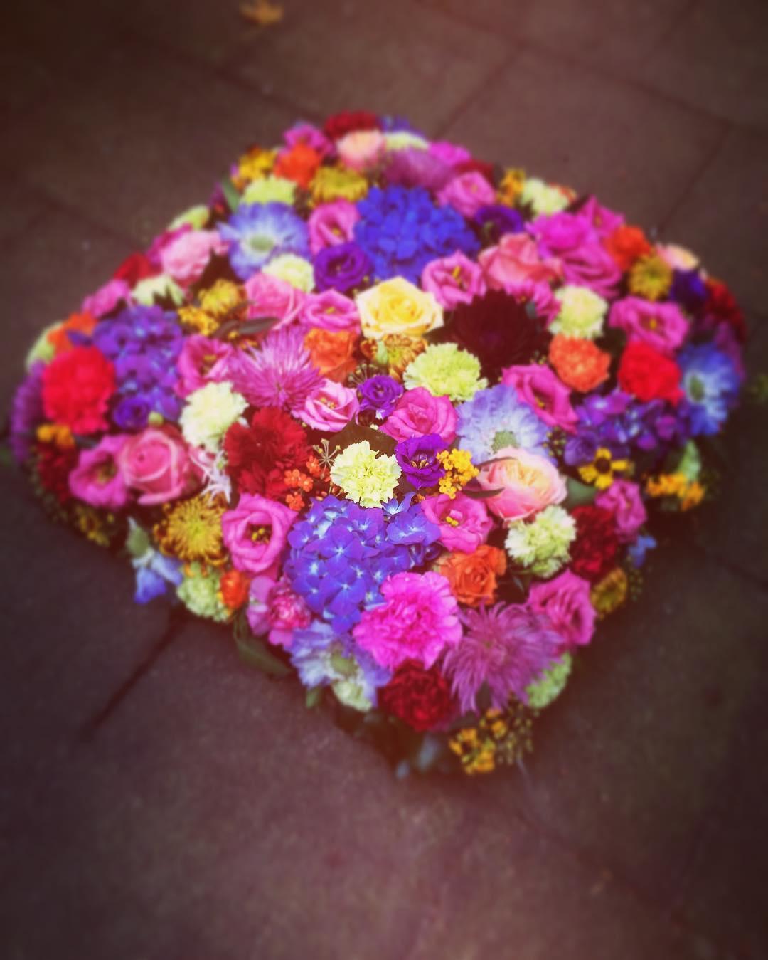 cushion shockingcolors colorful flowers funeral flowershop antwerp florartesantwerp