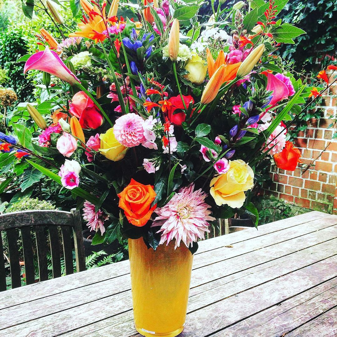 Lieve klanten Wij kregen de voorbije week tal van berichten met de vraag wanneer we terug bloemen aan huis kunnen leveren. In deze rare tijden van verplicht huisarrest en thuiswerken, hebben veel mensen behoefte aan bloemen en groen in huis. En terecht ! Bloemen fleuren de kamer op en geven energie , iets wat we nu meer dan ooit nodig hebben ! Bovendien heeft de Belgische sierteelt heel erg te lijden onder deze crisis. Zij kunnen amper overleven ! We hebben daarom besloten om onze Belgische telers te blijven steunen en met voornamelijk Belgische bloemen te werken. We moeten in deze tijden elkaar meer dan ooit steunen en vooral lokale producten bij lokale handelaars kopen/bestellen ! Uiteraard blijft de gezondheid van onze medemens voorop staan en nemen we alle opgelegde regels in acht die nodig zijn om niemand onnodig bloot te stellen aan de gevaren van besmetting met het virus. Daarom worden er enkel betalingen vooraf via overschrijving, paypal of telefonisch via creditcard aanvaard. We bellen aan, zetten de bloemen voor de deur en wachten vanop afstand tot u de bloemen binnen neemt. Ook in ons atelier nemen wij de gepaste voorzorgsmaatregelen. Op deze manier is het besmettingsgevaar tot een strikt minimum herleid. Wie een boeket van Flor Artes in huis wil, kan telefonisch bestellen op 03 230 78 88 of via e-mail op info@florartes.be. Of misschien is het een idee om iemand anders plezier te doen met een boeket van Flor Artes, dat kan natuurlijk ook !!! We proberen alle dagen te leveren, behalve op zondag. We leveren deze periode gratis in Antwerpen, Berchem en Wilrijk bij een minimumbedrag van 30 EUR We kunnen ook op andere plaatsen leveren tegen de normale tarieven van onze koeriers Het Flor artes-team