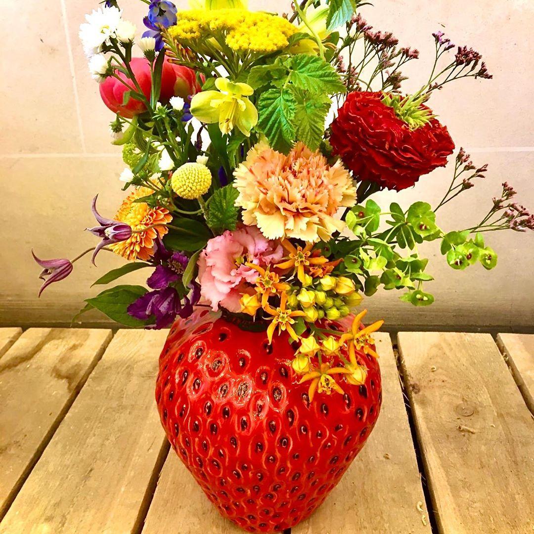 De aardbeivazen zijn er weer !!! Groot : D20 H30 35 EUR (+ bloemen = 56 EUR compleet) klein : D16 H18 38 EUR (+ bloemen = 38 EUR compleet) Bestellen kan op www.florartes.be