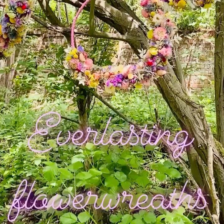 """We luiden de zomer in met onze """"Everlasting flowerwreaths"""" : bloemenkronen gemaakt van de mooiste droogbloemen.. hang er eentje in je favoriete boom in de tuin of gewoon aan je balkon en geniet van de heerlijke zomeravonden… en als het regent, hang je hem gewoon aan de muur binnen"""